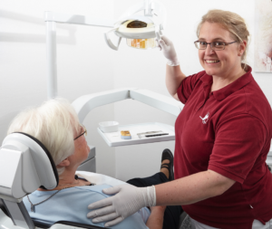 Mit Kompetenz und viel Herz behandelt Julia Ehrlich alle Patienten als Ihre Zahnärztin Köln Braunsfeld