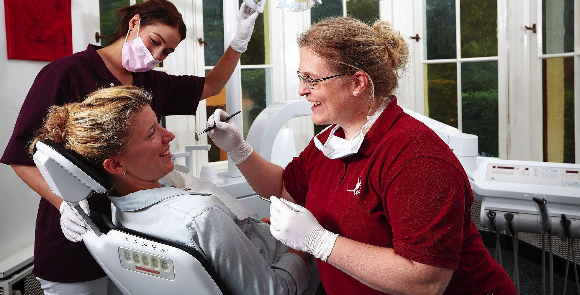 Zahnärztin Julia Ehrlich bei der Vorsorgeuntersuchung einer Patientin in Ihrer Zahnarztpraxis in Köln Lindenthal
