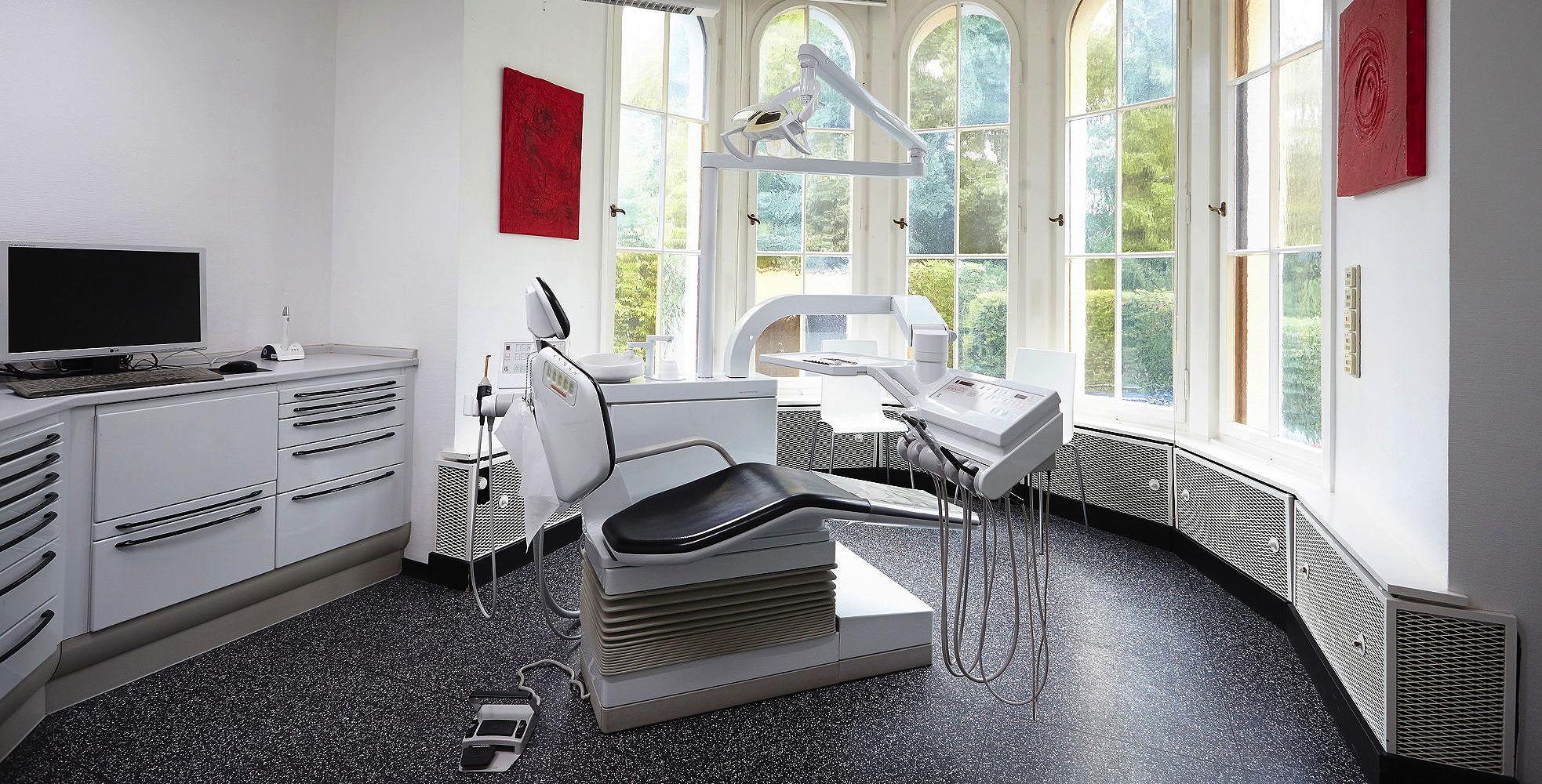 Behandlungsraum in charmantem Alt-Kölner Baustil mit Blick ins Grüne in der Zahnarztpraxis Julia Ehrlich